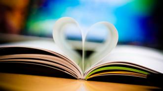 /Files/images/Holidays___Saint_Valentines_Day_The_leaves_of_the_book_in_the_form_of_a_heart_071597_.jpg